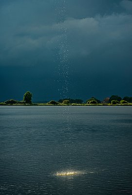 Heavy rainfall and droplets splashing into lake during thunderstorm - p429m1079926 by Mischa Keijser