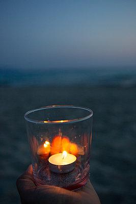 With tea light at the beach - p454m2163852 by Lubitz + Dorner