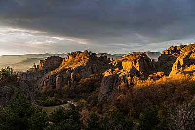 Early morning light over the rock formations of Belogradchik, Bulgaria - p871m2074237 by Michael Runkel