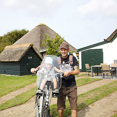 Vater und Sohn gehen Fahrrad fahren - p606m1564861 von Iris Friedrich