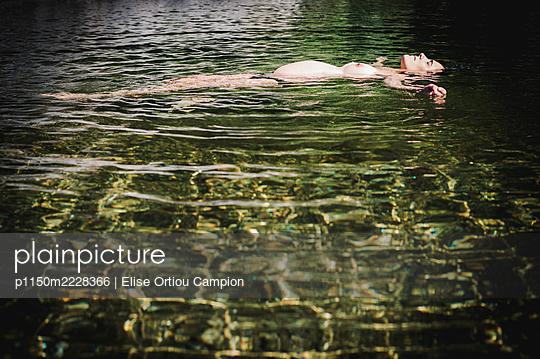 Frankreich, Schwangere Frau treibt im Fluss - p1150m2228366 von Elise Ortiou Campion