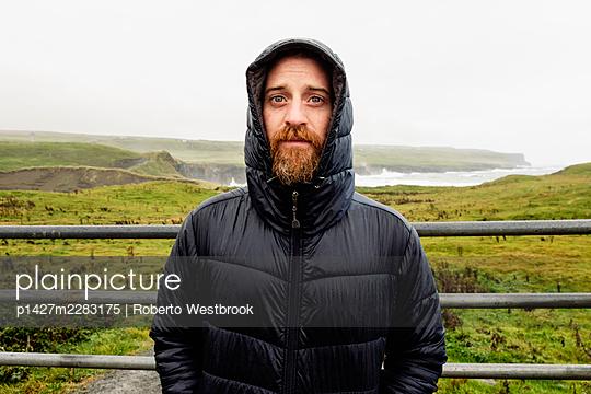 Mid adult man wearing winter coat, portrait - p1427m2283175 by Roberto Westbrook