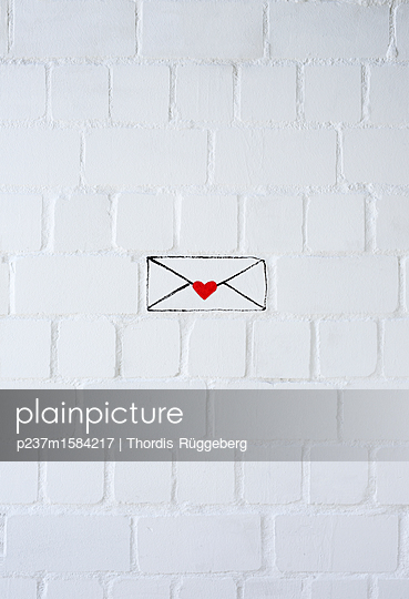 plainpicture - plainpicture p237m1584217 - Love letter against white wall - plainpicture/Thordis Rüggeberg