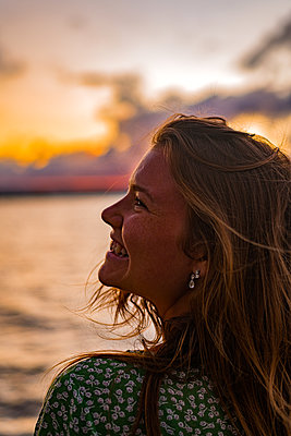 Glückliche Frau am Strand, Sonnenaufgang - p1455m2204885 von Ingmar Wein