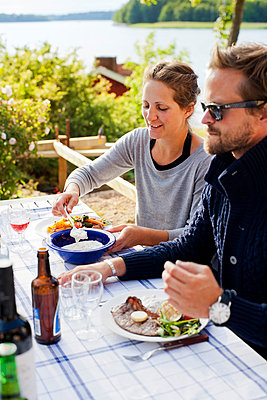 Couple having meal outdoors - p312m746604 by Jakob Fridholm