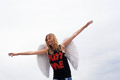 Flying angel - p586m865156 by Kniel Synnatzschke