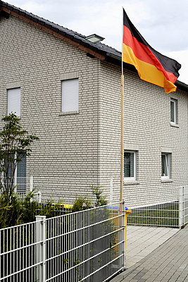 Haus mit deutscher Fahne in Dortmund - p9790004 von Bohnhof