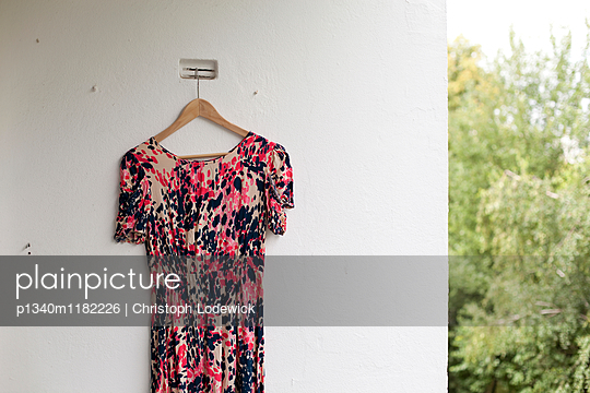 Kleid hängt auf Balkon - p1340m1182226 von Christoph Lodewick