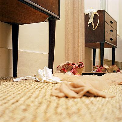 Unterwäsche und High Heels auf Schlafzimmerboden - p1311m1143977 von Stefanie Lange