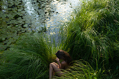Russia, Naked woman by the lake - p1646m2245248 by Slava Chistyakov