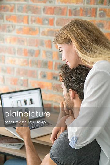 Paar mit Laptop - p1156m2015749 von miep