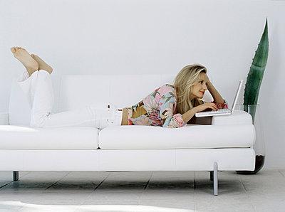 Frau auf dem Sofa - p2686141 von icon art