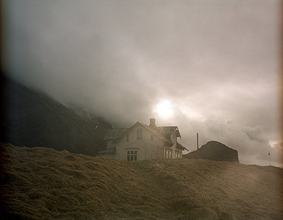 House in the fog - p945m1480764 by aurelia frey