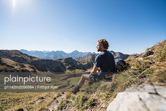 Junger Wanderer macht Pause - p1142m2056584 von Runar Lind