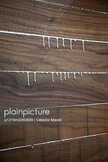 Glue and wood - p1216m2260939 by Céleste Manet