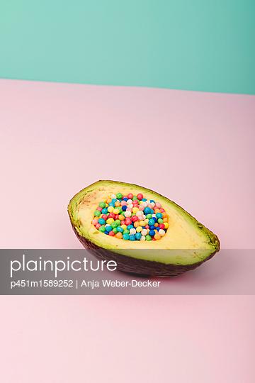 gezuckerte Avocado - p451m1589252 von Anja Weber-Decker