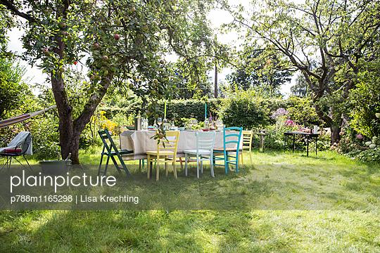 Gedeckter Tisch im Garten - p788m1165298 von Lisa Krechting