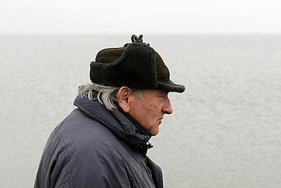 Alter Mann am Meer - p1650325 von Andrea Schoenrock