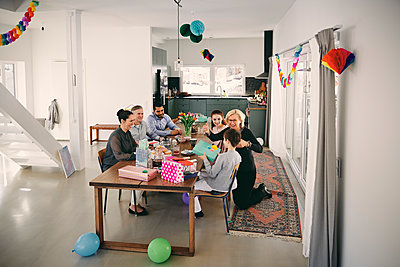 High angle view of family enjoying birthday party at home - p426m1580224 by Maskot