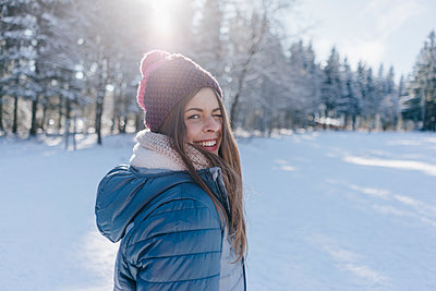 Young woman in winter clothing in snowy landscape - p586m2005077 by Kniel Synnatzschke