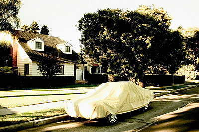 Car Covered With Tarpaulin in Front of Suburban Home, Venice, California, USA - p6944708 by Noll Images