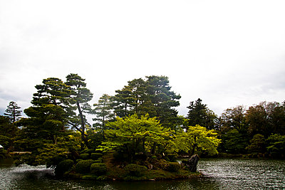 An island in a pond in Kenroku-En Park, Kanazawa, Japan, Asia - p934m1177229 by Dominic Blewett