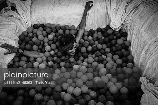 Frau im Bällebad - p1118m2148363 von Tarik Yaici