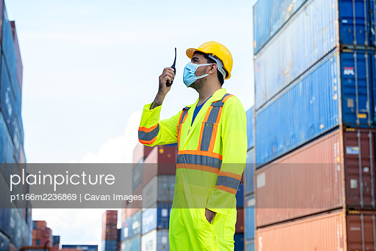 Foreman worker wearing protective mask to Protect Against Covid- - p1166m2236869 by Cavan Images