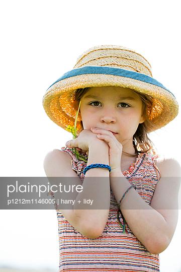 Mädchen mit Sonnenhut und Blumen - p1212m1146005 von harry + lidy