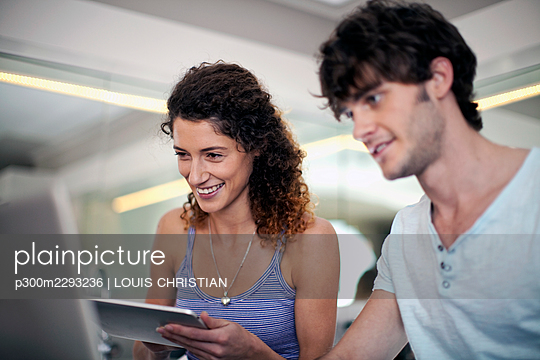 Man and woman using technologies in kitchen at home - p300m2293236 by LOUIS CHRISTIAN