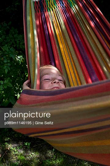 Entspanntes Kind - p989m1146195 von Gine Seitz