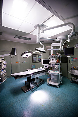 Interior view of operating room - p1315m1199441 by Wavebreak
