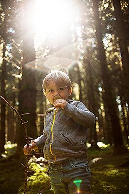 Kind im Wald - p1386m1445758 von beesch