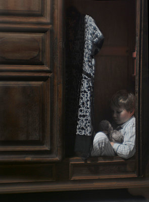 Junge im Schrank versteckt - p8260023 von Roy Botterell