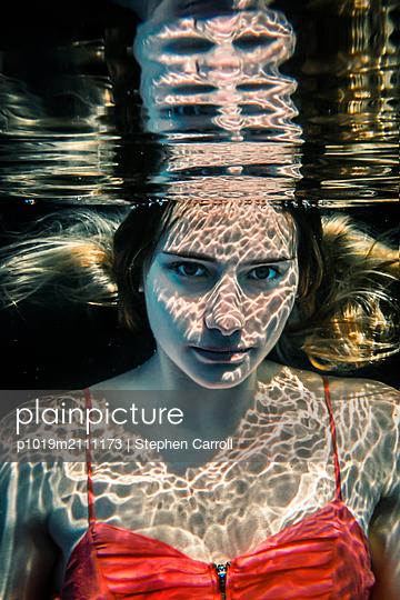 Underwater - p1019m2111173 by Stephen Carroll