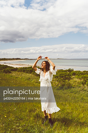 Frau genießt die Stimmung am Meer - p432m2230164 von mia takahara