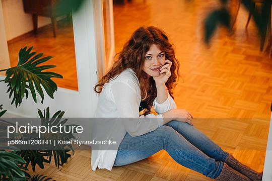 Junge Frau mit roten Haaren - p586m1200141 von Kniel Synnatzschke