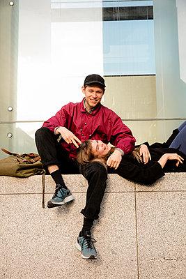 Junges Paar auf der Mauer - p1212m1138507 von harry + lidy