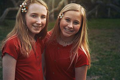 Schwestern in Rot - p1694m2291692 von Oksana Wagner