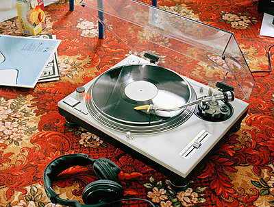 A turntable on a carpet - p3011394f by fStop