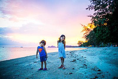 Kinder am Strand bei Sonnenuntergang - p680m1514795 von Stella Mai