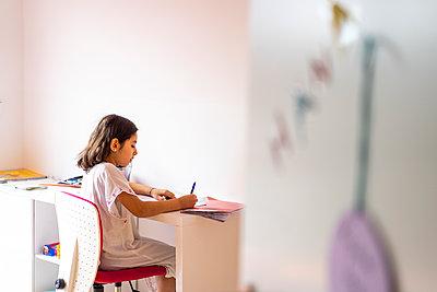 Girl doing her homework  - p680m2178250 by Stella Mai