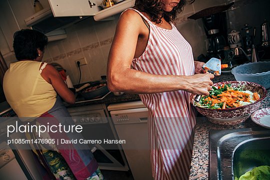 Women preparing food in the kitchen - p1085m1476905 by David Carreno Hansen