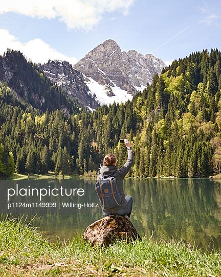 Frau fotografiert Bergsee in den Französischen Alpen - p1124m1149999 von Willing-Holtz