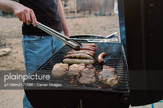 Quick BBQ out on the porch. - p1166m2171586 by Cavan Images