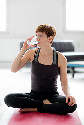 Frau nach dem Yoga - Trinkt Wasser - p1212m1123404 von harry + lidy