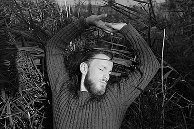 Mann Streckt sich in der natur - p1519m2124742 von Soany Guigand
