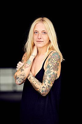 Smiling woman standing at parking garage - p300m2267451 by Uta Konopka