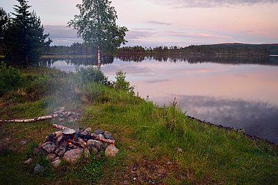 Lagerfeuer-Romantik - p715m880633 von Marina Biederbick