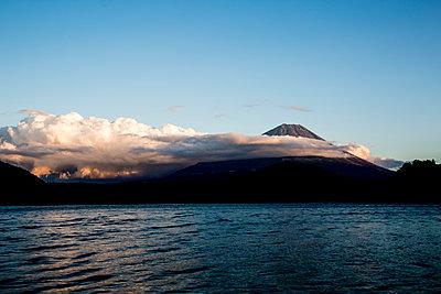 Vulkan in Wolken gehüllt - p958m1582890 von KL23